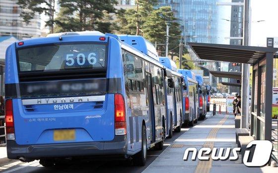 5일 서울역 버스환승센터에서 시민들이 버스를 기다리고 있다. 2021.4.5/사진 = 뉴스1