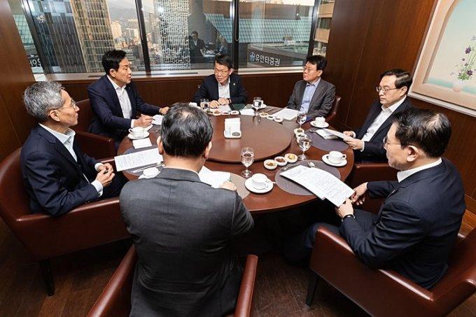 지난해 7월 은성수 금융위원장(가운데)과 주요 금융지주 회장들이 간담회를 진행한 모습./사진제공=금융위원회