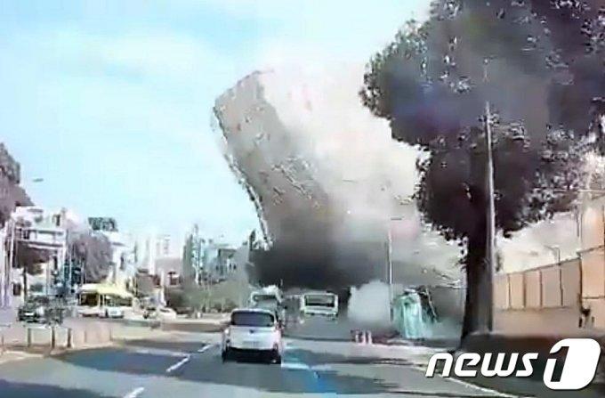 9일 오후 4시 22분쯤 광주 동구 학동 학4구역 재개발 현장에서 철거 공사 중이던 5층 건물이 도로 쪽으로 무너지며 지나가던 시내버스를 덮치고 있다. 이 사고로 시내버스에 탄 탑승객 9명이 숨지고 8명이 중상을 입었다. /사진=뉴스1
