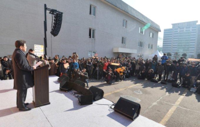이재명 성남시장이 2017년 1월23일 오전 경기도 성남시 중원구 한 시계 사옥 앞에서 대선 출마 선언을 하고 있다. / 사진제공=뉴스1