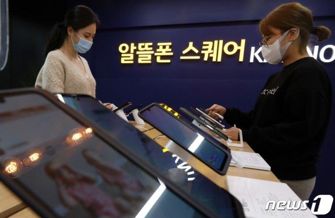 (서울=뉴스1) 이동해 기자 = 최신 스마트폰을 자급제로 구매하려는 수요가 크게 늘면서 최근 알뜰폰 요금제에 대한 관심이 높아지고 있다.   한국통신사업자연합회(KTOA)에 따르면 지난달 이통 3사에서 알뜰폰으로 넘어온 순증 가입자 수는 1만 3039명으로, 5개월 연속(6월 5138명, 7월 6967명, 8월 9909명, 9월 1만 2433명, 10월 1만 3039명) 증가세를 나타내고 있다.  9일 서울 서대문구 서대문역에 위치한 알뜰폰 스퀘어에서 직원들이 핸드폰 진열대를 소독 및 정리하고 있다. 2020.11.9/뉴스1