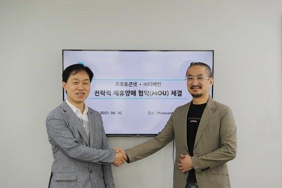 전명산 프로토콘넷 대표(사진 왼쪽)와 박두수 디메인 대표가 양해각서를 체결하고 기념촬영 중이다/사진제공=프로토콘넷