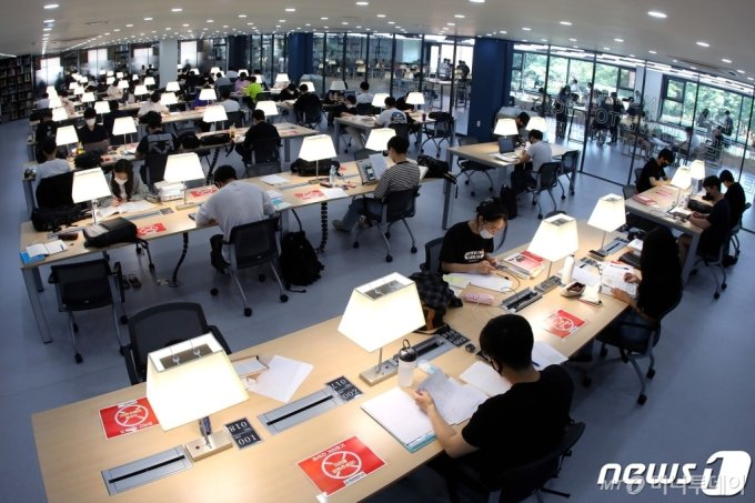 지난 10일 오전 대구 북구 영진전문대학교 도서관에서 학생들이 1학기 기말고사 대비 시험공부를 하고 있다. /사진제공=뉴스1