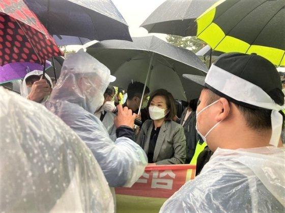 5월 28일 삼척시민단체들이 양이원영 의원 일행의 맹방해변 진입을 저지하고 있다./사진=상맹방1리현안대책 위원회 제공