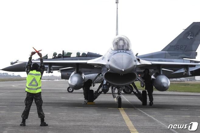 충남 서산 소재 공군 제20전투비행단에서 KF-16 전투기가 임무수행을 위해 최종기회점검정비를 진행하고 있다. (C) 뉴스1