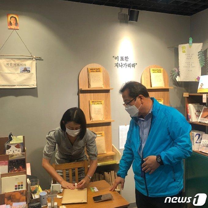 이석영신흥상회에 입점한 독립서점에서 책을 구매하는 조광한 남양주시장 © 뉴스1
