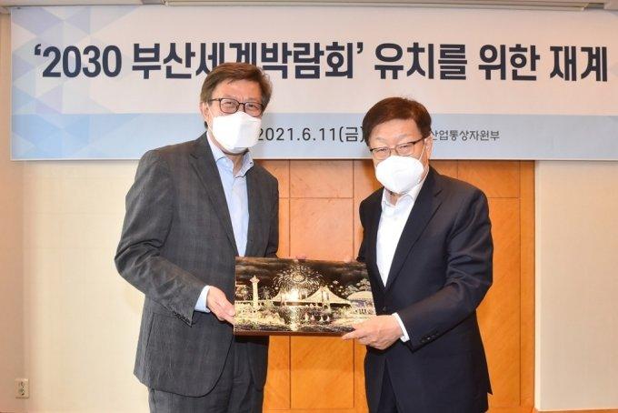 박형준 부산시장(왼쪽)과 김영주 2030부산세계박람회 유치위원장이 기념촬영을 하고 있다./사진제공=부산시