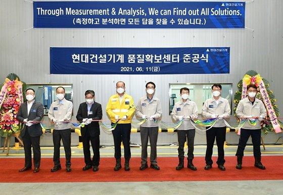 현대건설기계 공기영 사장(왼쪽에서 네번째) 등 준공식 참석자들이 테이프 커팅을 하고 있다./사진=현대건설기계