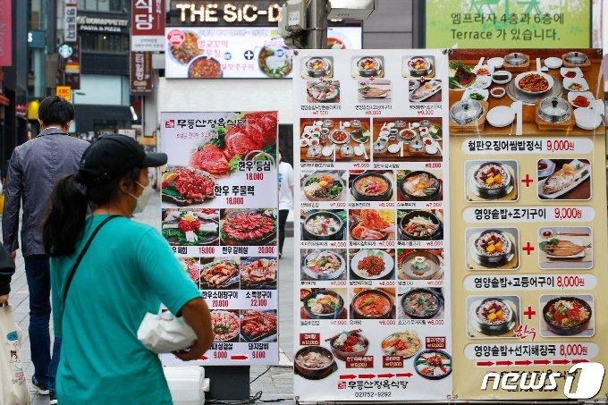 11일 오후 서울 중구 명동거리에서 점심시간 시민들이 이동하고 있다. 정부가 새로운 거리두기 개편안을 마련 중인 가운데 현재 확진자 규모(1000명 미만)를 유지할 경우 수도권 식당·카페 영업이 자정까지 연장되고 8인까지 모임이 가능해질 전망이다. 2021.6.11/뉴스1 © News1 안은나 기자