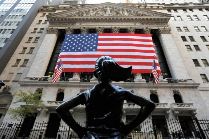 The Fearless Girl statue is seen outside the New York Stock Exchange (NYSE) in Election Day in Manhattan, New York City, New York, U.S., November 3, 2020. REUTERS/Andrew Kelly