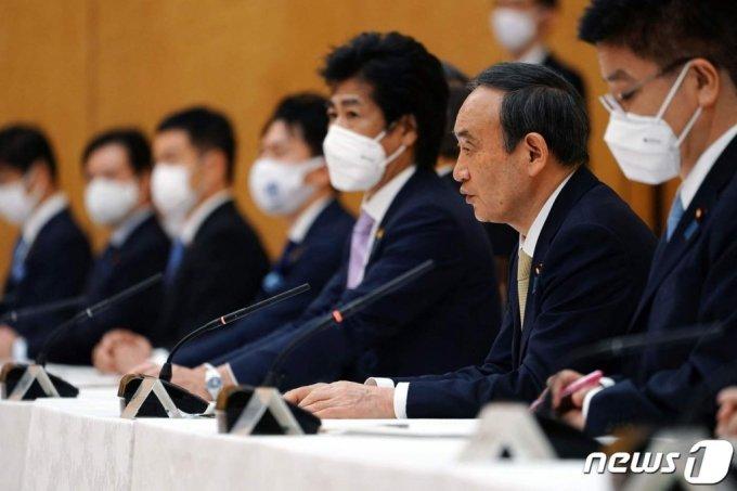 스가 요시히데 일본 총리가 지난 23일(현지시간) 도쿄 총리관저에서 회의를 주재하고 있다. /AFP=뉴스1