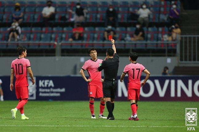김진야(가운데)가 12일 제주월드컵경기장에서 열린 가나와의 평가전에서 VAR을 거쳐 레드카드를 받고 있는 모습. /사진=대한축구협회