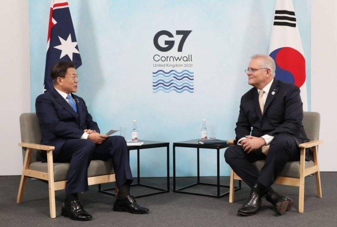 [콘월(영국)=뉴시스]박영태 기자 = G7 정상회의 참석차 영국을 방문 중인 문재인 대통령이 12일(현지시간) 영국 콘월 트레게나 캐슬 호텔에서 열린 스콧 모리슨 호주 총리와의 한-호주 양자회담에 참석해 발언을 하고 있다. 2021.06.12. since1999@newsis.com