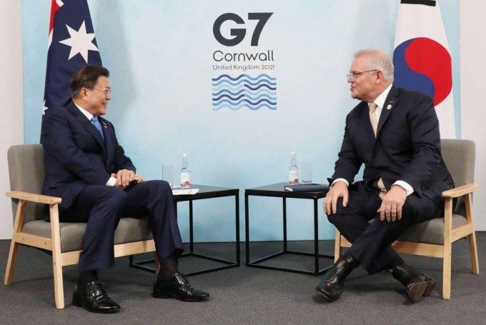 [콘월(영국)=뉴시스]박영태 기자 = G7 정상회의 참석차 영국을 방문 중인 문재인 대통령이 12일(현지시간) 영국 콘월 트레게나 캐슬 호텔에서 열린 스콧 모리슨 호주 총리와의 한-호주 양자회담에 참석해 대화를 나누고 있다. 2021.06.12. since1999@newsis.com
