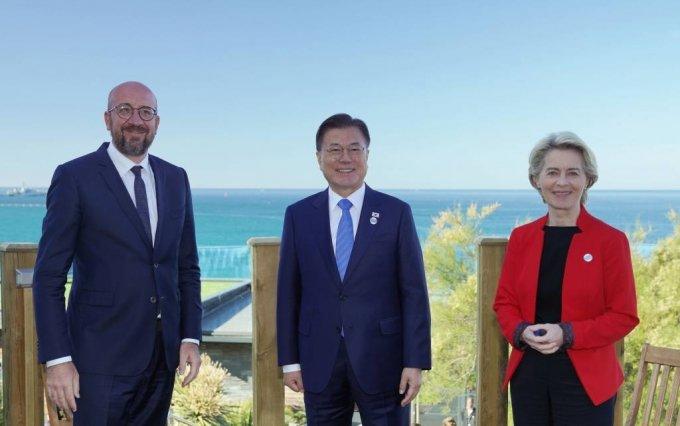 [콘월(영국)=뉴시스]박영태 기자 = 문재인 대통령이 12일(현지시간) 영국 콘월 카비스베이 양자회담장에서 우르줄라 폰데어라이엔(오른쪽) EU 집행위원장과 샤를 미셸(왼쪽) EU 정상회의 상임의장과 한-EU 정상회담을 하고 있다. 2021.06.13. since1999@newsis.com