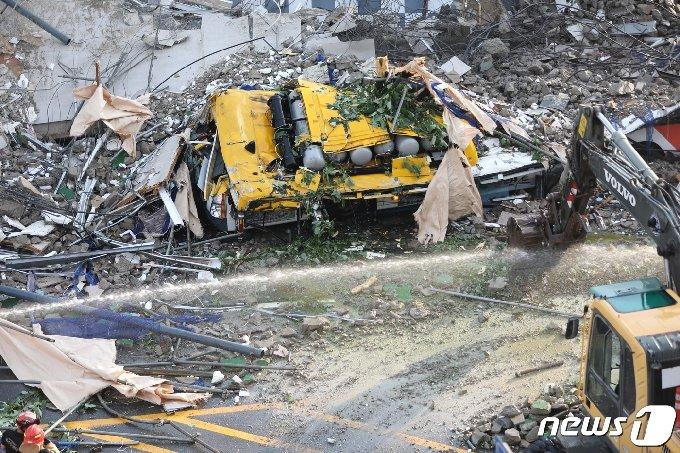 9일 오후 4시22분쯤 광주 동구 학동 재개발지역에서 철거 중이던 5층 건물 1동이 무너져 도로를 달리던 시내버스와 승용차 2대를 덮치는 사고가 발생했다. 119 구조대가 사고 현장에서 구조 작업을 벌이고 있는 가운데 처참하게 찌그러진 시내버스가 모습을 드러내고 있다. 2021.6.9/뉴스1 © News1 황희규 기자