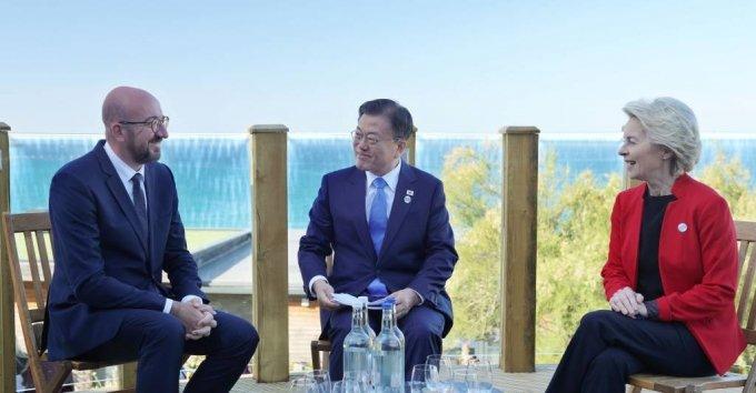 [콘월(영국)=뉴시스]박영태 기자 = 문재인 대통령이 12일(현지시간) 영국 콘월 카비스베이 양자회담장에서 우르줄라 폰데어라이엔(오른쪽) EU 집행위원장, 샤를 미셸(왼쪽) EU 정상회의 상임의장과 한-EU 정상회담을 하고 있다. 2021.06.13. since1999@newsis.com