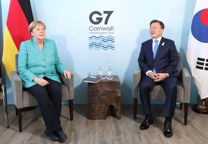 [콘월(영국)=뉴시스]박영태 기자 = G7 정상회의 참석차 영국을 방문 중인 문재인 대통령이 12일(현지시간) 영국 콘월 카비스베이 양자회담장에서 앙겔라 메르켈 독일 총리와 양자회담을 하고 있다. 2021.06.12. since1999@newsis.com