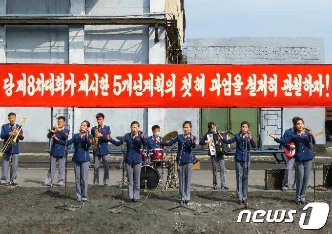 (평양 노동신문=뉴스1) = 북한에서 진행된 각 도 집중 경제선동대들의 경연 모습. [국내에서만 사용가능. 재배포 금지. DB 금지. For Use Only in the Republic of Korea. Redistribution Prohibited] rodongphoto@news1.kr