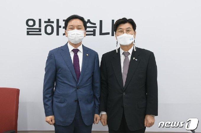 이춘희 세종시장(오른쪽)이 국회를 찾아 김기현 국민의힘 원내대표에게 조속한 국회법 개정안 처리를 촉구했다. (이춘희 SNS갈무리)/2021.6.8/ © News1