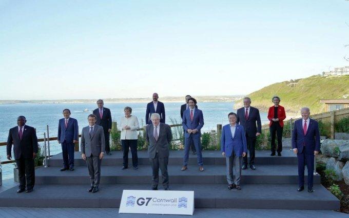 [콘월(영국)=뉴시스]박영태 기자 = 문재인 대통령이 12일(현지시간) 영국 콘월 카비스베이 양자회담장 앞에서 G7 정상회의에 참석한 정상들과 기념촬영을 하고 있다. 앞줄 왼쪽부터 남아공 시릴 라마포사 대통령, 프랑스 에마뉘엘 마크롱 대통령, 영국 보리스 존슨 총리 , 문재인 대통령, 미국 조 바이든 미국 대통령. 두번째 줄 왼쪽부터 일본 스가 요시히데 총리, 독일 앙겔라 메르켈 총리, 캐나다 쥐스탱 트뤼도 총리, 호주 스콧 모리슨 총리. 세번째 줄 왼쪽부터 UN 안토니우 구테흐스 사무총장, 샤를 미셸 EU 정상회의 상임의장, 이탈리아 마리오 드라기 총리, 우르줄라 폰데어라이엔 EU 집행위원장. 2021.06.13. since1999@newsis.com