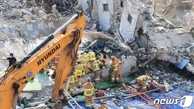 지난 9일 오후 4시22분쯤 광주 동구 재개발지역에서 철거 중이던 건물이 무너져 도로를 달리던 시내버스와 승용차 2대를 덮친 가운데 119 구조대가 사고 현장에서 구조 작업을 벌이고 있다/사진=뉴스1