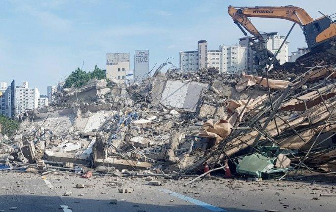 지난 9일 오후 4시22분께 광주 동구 학동 한 주택 철거 공사장에서 잔해가 인근 도로를 달리던 버스를 덮쳤다/사진=뉴시스