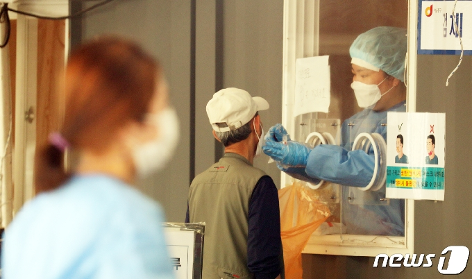 [사진] 코로나19 검사 받는 시민들