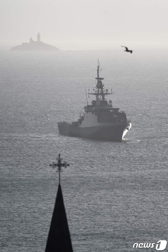 [사진] G7 정상회의장 인근 해안 순찰하는 英 함정