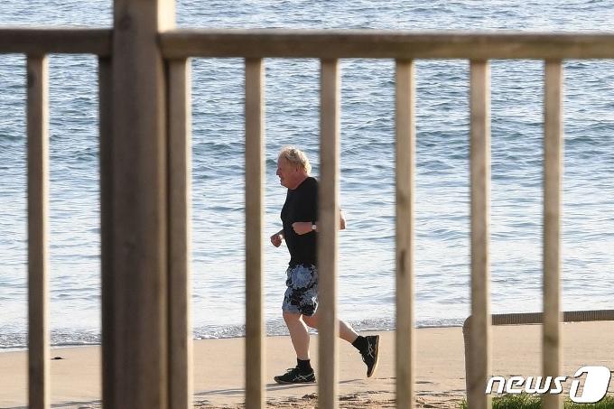 [사진] G7 정상회의장 인근 해변서 조깅하는 존슨 총리