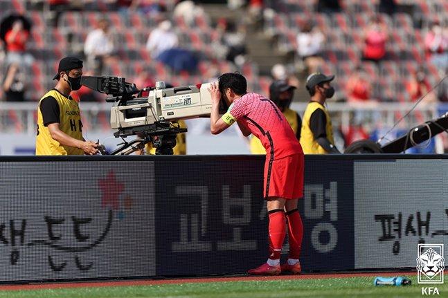 13일 고양종합운동장에서 열린 레바논전에서 페널티킥 골을 터뜨린 뒤 중계 카메라를 통해 크리스티안 에릭센을 위한 메시지를 전하고 있는 손흥민. /사진=대한축구협회