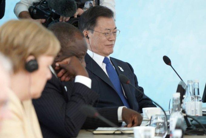 [콘월(영국)=뉴시스]박영태 기자 = 문재인 대통령이 13일(현지시간) 영국 콘월 카비스베이에서 열린 '기후변화 및 환경' 방안을 다룰 G7 확대회의 3세션에 참석해 있다. . 2021.06.13. since1999@newsis.com