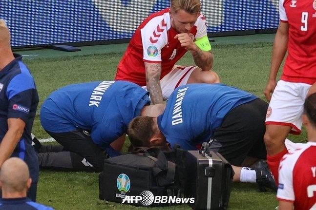 에릭센의 상태를 살펴보는 시몬 키예르./AFPBBNews=뉴스1