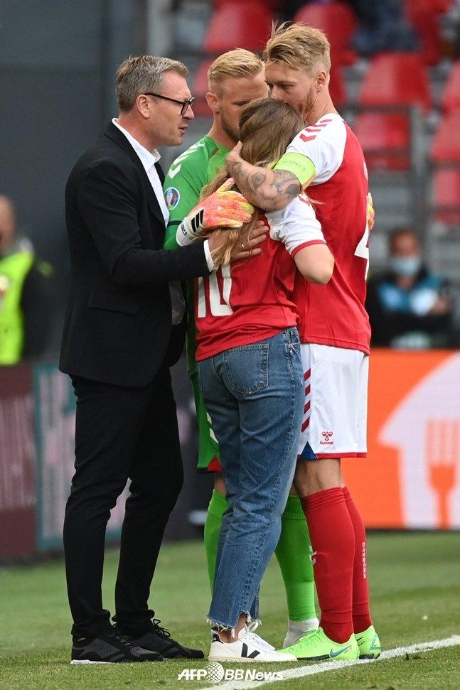 에릭센의 아내를 안고 위로하는 시몬 키예르./AFPBBNews=뉴스1