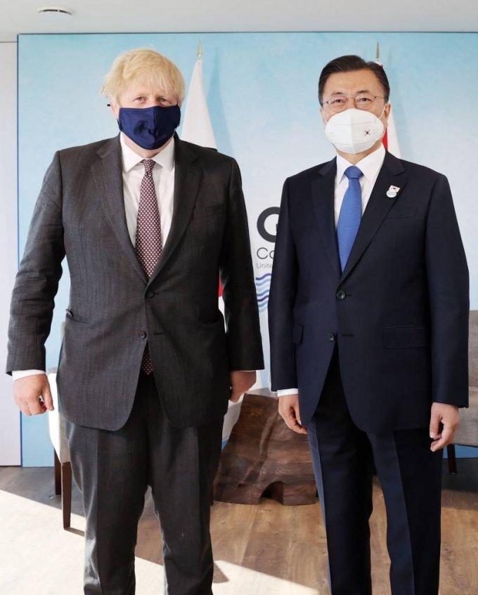 [콘월(영국)=뉴시스]박영태 기자 = G7 정상회의 참석차 영국을 방문 중인 문재인 대통령이 13일(현지시간) 영국 콘월 카비스베이 양자회담장에서 보리스 존슨 영국 총리와 한-영 정상회담을 하기 전 기념촬영을 하고 있다. 2021.06.13. since1999@newsis.com
