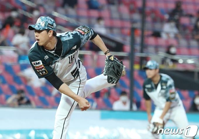 [사진] 8회초 교체된 KT 김민수