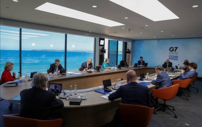 [콘월(영국)=뉴시스]박영태 기자 = 문재인 대통령이 12일(현지시간) 영국 콘월 카비스베이에서 열린 G7 확대회의 1세션에 참석해 있다. 왼쪽부터 시계방향으로 우르줄라 폰데어라이엔 EU 집행위원장, 이탈리아 마리오 드라기 총리, 호주 스콧 모리슨 총리, 독일 앙겔라 메르켈 총리, 남아공 시릴 라마포사 대통령, 문 대통령, 영국 보리스 존슨 총리, 미국 조 바이든 미국 대통령, 프랑스 에마뉘엘 마크롱 대통령, 캐나다 쥐스탱 트뤼도 총리, 일본 스가 요시히데 총리, 샤를 미셸 EU 정상회의 상임의장. 2021.06.13. (사진=영국 총리실 제공) photo@newsis.com *재판매 및 DB 금지