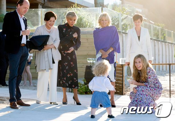 G7 배우자들 '엄마 미소' 짓게 한 '기저귀 주인공' 누구?