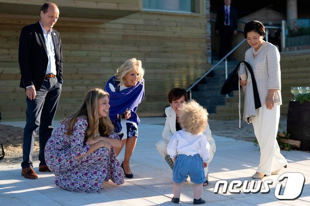 김정숙 여사(사진 맨 오른쪽)를 비롯해 G7 정상회의 참여국 정상들의 배우자들이 보리스 존슨 영국 총리의 아들 윌프레드를 사랑스럽게 바라보고 있다. (출처=영국 총리실) © 뉴스1