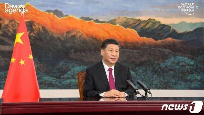 (베이징 AFP=뉴스1) 우동명 기자 = 시진핀 중국 국가주석이 25일(현지시간) 베이징에서 세계경제포럼(다보스 포럼) 사전 화상회의에 참석해 조 바이든 미국 대통령을 겨냥해 '신냉전'을 조장하지 말라고 밝히고 있다.  (C) AFP=뉴스1