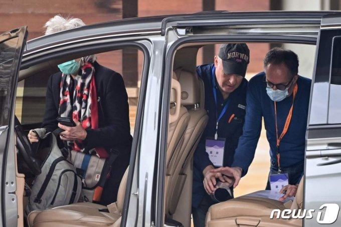 (우한 AFP=뉴스1) 우동명 기자 = 피터 벤 엠바렉과 마리온 쿠프만스 등 WHO 코로나19 기원 조사팀이 10일 (현지시간) 후베이성 우한의 호텔서 차량을 타고 있다.  (C) AFP=뉴스1