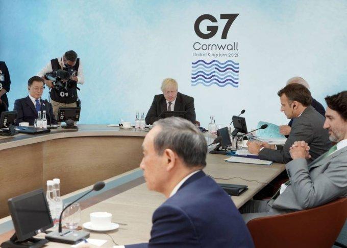 [콘월(영국)=뉴시스]박영태 기자 = 문재인 대통령이 13일(현지시간) 영국 콘월 카비스베이에서 열린 '기후변화 및 환경' 방안을 다룰 G7 확대회의 3세션에 참석해 있다. 왼쪽부터 시계방향으로 남아공 시릴 라마포사 대통령, 문 대통령, 영국 보리스 존슨 총리, 미국 조 바이든 미국 대통령, 프랑스 에마뉘엘 마크롱 대통령, 캐나다 쥐스탱 트뤼도 총리, 일본 스가 요시히데 총리. 2021.06.13. since1999@newsis.com