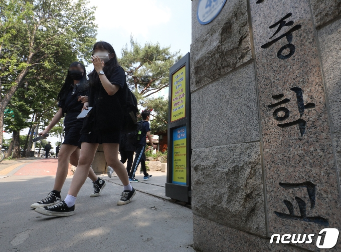 수도권 중학생, 오늘부터 학교 더 자주 간다…'2학기 전면등교' 시동