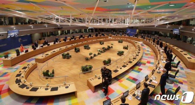 (브뤼셀 AFP=뉴스1) 우동명 기자 = EU 27개 회원국 정상들이 10일(현지시간) 벨기에 브뤼셀에서 코로나19 대응책 등을 논의하기 위한 대면 회의에 앞서 묵념을 하고 있다.   (C) AFP=뉴스1