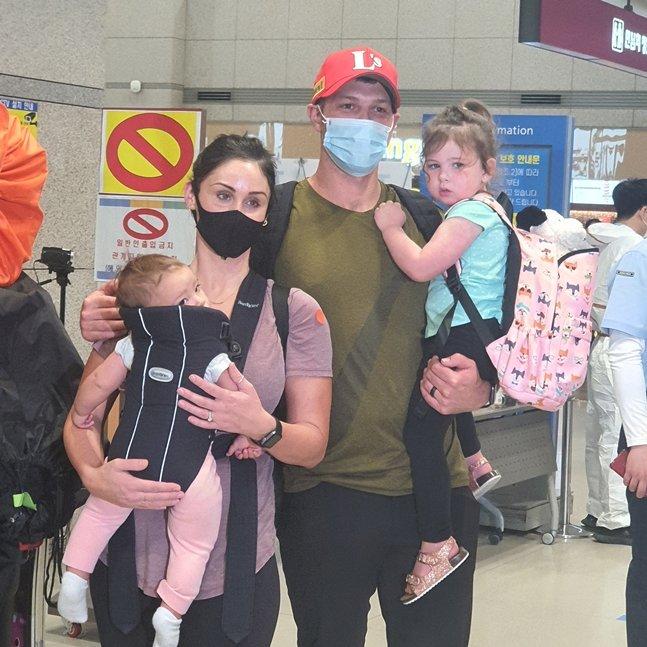 가족과 함께 입국한 샘 가빌리오./사진=SSG 랜더스