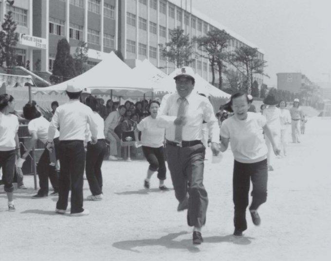 생전의 일주가 체육대회에서 학생들과 함께 달리고 있다./사진=태광그룹