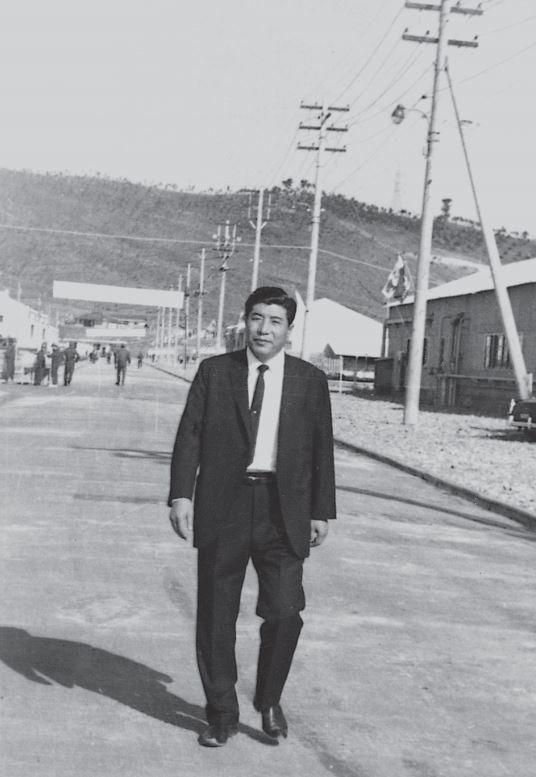 울산공단을 걷는 일주. 매일 공장을 돌아보는게 그의 일과였다./사진=태광그룹