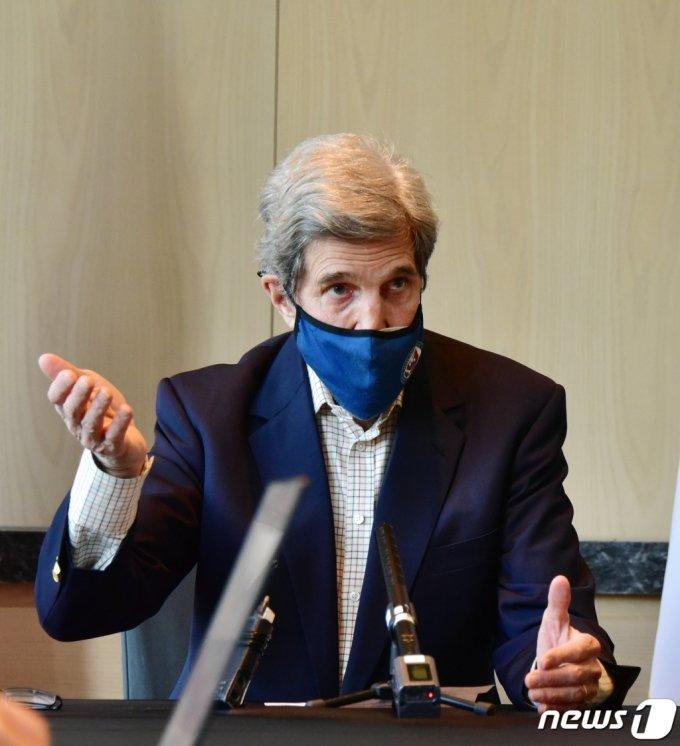 """(서울=뉴스1) = 존 케리 미국 대통령 기후특사가 18일 오전 서울 시내 한 호텔에서 진행된 내외신 기자회견에서 취재진 질문에 답변하고 있다.   존 케리 기후특사는 일본 정부가 후쿠시마 제1원전 오염수를 바다에 흘리기로 한 방침에 대해 """"""""중요한 것은 이행""""이라며 """"일본은 철저한 검증절차를 요하는 IAEA(국제원자력기구)와 충분한 협의를 거쳤다""""고 밝혔다. (주한미국대사관 제공) 2021.4.18/뉴스1"""