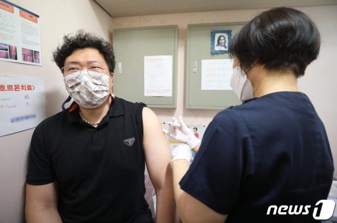 (서울=뉴스1) 임세영 기자 = 신종 코로나바이러스 감염증(코로나19) 얀센 백신 접종 이틀째인 11일 오전 서울 종로구의 한 의원에서 시민이 얀센 백신접종을 하고 있다. 한편, 코로나19 중앙방역대책본부는 정례 브리핑에서 60~74세 예약자 동의하면 AZ 대신 얀센 접종 가능하게 조치한다고 밝혔다. 2021.6.11/뉴스1