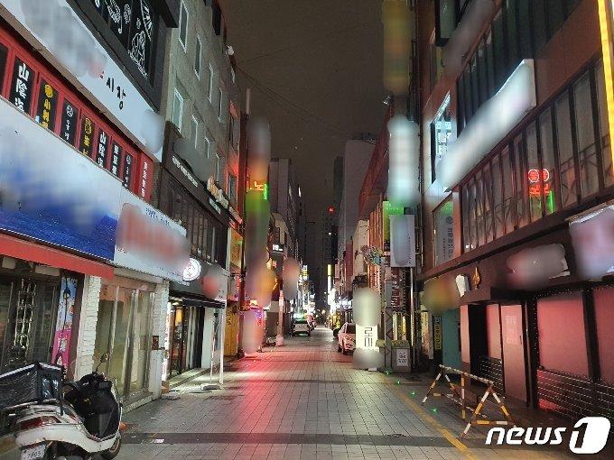 '밤 12시 실내영업'이 허용된 첫날인 14일 오후 11시30분 부산 부산진구 서면 거리가 한산하다.2021.6.14/© 뉴스1 노경민 기자